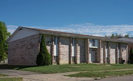 Brown- u. Tan Brick Low Income Apartment-Gebäude stockfotografie