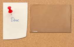 Brown-Umschlag auf Holzfaserplatte stockfotos