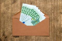 Brown-Umschlag mit Eurowährung stockfotografie