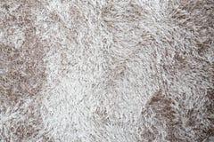 Brown un fondo bianco del tappeto della pelliccia Fotografia Stock Libera da Diritti