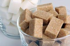 Brown-und des raffinierten Zuckers Würfel Stockfotografie