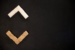 Brown-und des raffinierten Zuckers Würfel lizenzfreie stockbilder