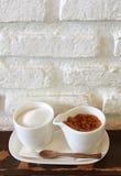 Brown und raffinierter Zucker im Cup Lizenzfreie Stockfotos