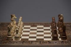 Brown und weiße Zahlen auf Schachschreibtisch Stockfotografie