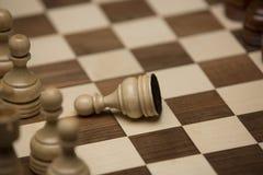 Brown und weiße Zahlen auf Schachschreibtisch Lizenzfreie Stockfotografie