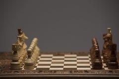 Brown und weiße Zahlen auf Schachschreibtisch Stockfotos