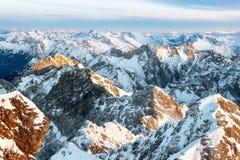Brown und weißer schneebedeckter Berg übersteigt im Sonnenuntergang stockfotos