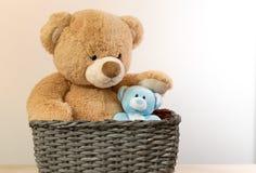 Brown ursos de peluche azuis dos brinquedos imagens de stock royalty free