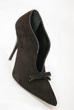Brown-Veloursleder-Absatz-Frauenschuh mit Bogen lizenzfreie stockbilder