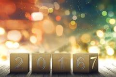 Brown-Würfel mit Änderung 2016-2017 auf einem Bretterboden Stockfotos