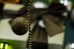 Brown-Weihnachtsball mit Geschenk Lizenzfreie Stockbilder