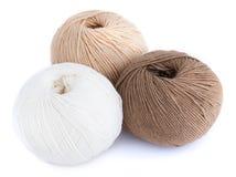 Brown y bolas blancas del hilado de lanas aislados en el fondo blanco Imagenes de archivo