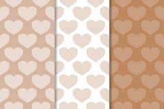 Brown y corazones blancos como modelos inconsútiles Fondos verticales románticos Imagen de archivo libre de regalías