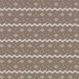 Brown y el blanco curvaron rayado con forma del diamante y knitti del punto Fotos de archivo