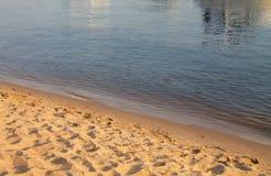 Brown y fondo azul, modelo natural de la arena y primer del agua Fotografía de archivo libre de regalías