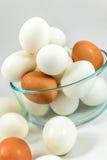 Brown y huevos blancos Imagenes de archivo