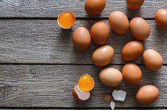 Brown y huevos orgánicos blancos en el fondo de madera Fotos de archivo libres de regalías