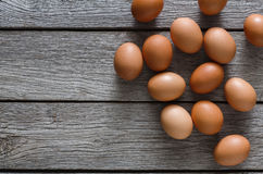 Brown y huevos orgánicos blancos en el fondo de madera Fotos de archivo