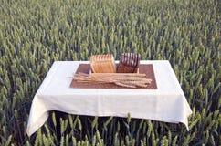 Brown y pan blanco en la tabla en campo de trigo del verano Fotografía de archivo