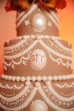 Brown y torta de boda blanca Imagen de archivo