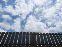 Brown-Zaun-With Blue Sky-Hintergrund Stockbilder