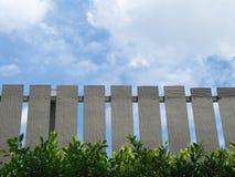 Brown-Zaun With Green Leaves und blauer Himmel-Hintergrund Lizenzfreie Stockfotos
