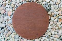 Brown-Ziegelstein auf weißem Stein im Garten Lizenzfreies Stockfoto