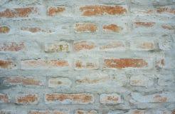 Brown-Ziegelstein auf Zementwand Stockfoto
