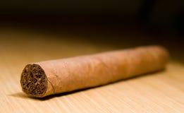 Brown-Zigarre auf der Tabelle Stockbilder