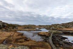 Brown zimy krajobraz z pięknym niebem Staw śladem przy Rovaer archipelagiem, wyspa w Haugesund, Norwegia obraz royalty free