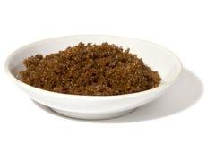 Brown-Zucker auf dem Teller auf Weiß Lizenzfreie Stockbilder