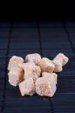 Brown-Zucker auf dunklem Hintergrund Stockfotos
