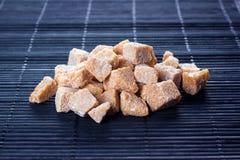 Brown-Zucker auf dunklem Hintergrund Lizenzfreies Stockfoto