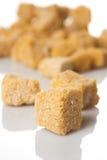Brown-Zucker auf weißem Hintergrund Lizenzfreies Stockfoto