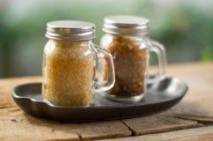 Brown-Zucker in der Glasflasche Stockbilder