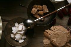 Brown-Zucker, raffinierter Zucker in der Bronzeschüssel stockbilder