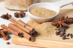 Brown-Zucker, Zimtstangen, Sternanissamen und Nelken Lizenzfreie Stockbilder
