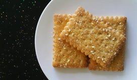 Brown-Zuckercrackerkeks in der weißen Platte Stockfoto