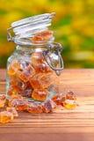 Brown-Zuckersüßigkeit auf Holz lizenzfreie stockfotografie