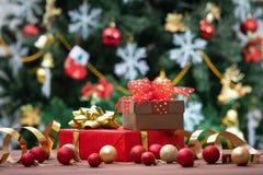 Brownd y cajas de regalo rojas con las cintas y y rea y o de oro imagen de archivo