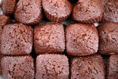 browne En bunt av chokladnissen Nissekaka eller muffin Hemlagat bageri och efterr?tt Hemlagad nisse f?r chokladfuskverk fotografering för bildbyråer