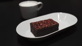 Brownet doux savoureux dans un café - framboise rouge sur le dessus banque de vidéos