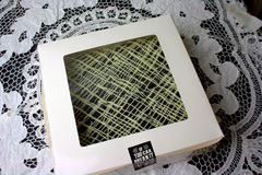 'brownie' à l'intérieur de la boîte carrée blanche Image libre de droits