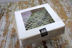 'brownie' à l'intérieur de la boîte carrée blanche Image stock