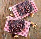 Brownie καρυδιών των δυτικών ανακαρδίων στον πίνακα στοκ φωτογραφία με δικαίωμα ελεύθερης χρήσης