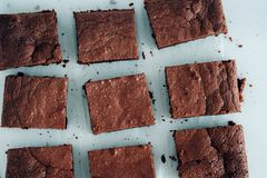 Brownie σοκολάτας μερίδες στο άσπρο υπόβαθρο Στοκ φωτογραφία με δικαίωμα ελεύθερης χρήσης