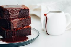 Brownie σοκολάτας με το σιρόπι σοκολάτας αμερικανικό επιδόρπιο Στοκ φωτογραφίες με δικαίωμα ελεύθερης χρήσης