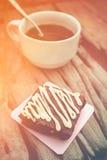 Brownie σοκολάτας κέικ και καυτός καφές στο παλαιό ξύλινο υπόβαθρο Στοκ εικόνες με δικαίωμα ελεύθερης χρήσης