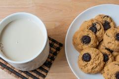 Brownie σοκολάτας μπισκότο και γάλα Στοκ φωτογραφία με δικαίωμα ελεύθερης χρήσης