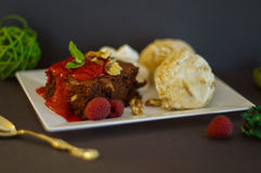 'brownie' avec la glace et les framboises photo libre de droits